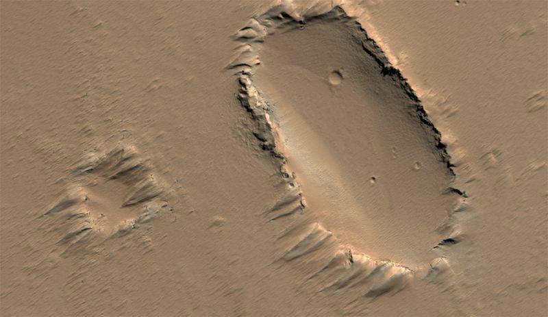 Надутый ветром рельеф на поверхности щитовидного вулкана в регионе Тарсис на Марсе. Фото сделано 31 июля. (NASA/JPL/University of Arizona)