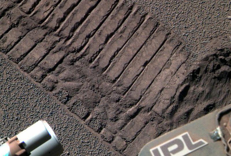 Марсоход «Opportunity» направил свою панорамную камеру на почву, захватив в кадр себя и свои следы, 23 июня. (NASA/JPL)