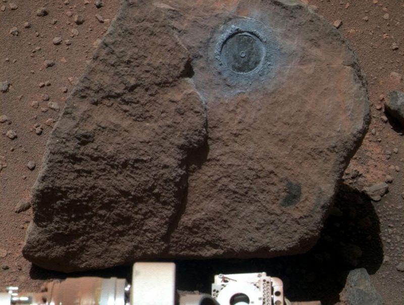 Марсоход «Opportunity» сфотографировал часть камня, с которого он взял образец верхнего слоя для рассмотрения 7 января. (NASA/JPL)