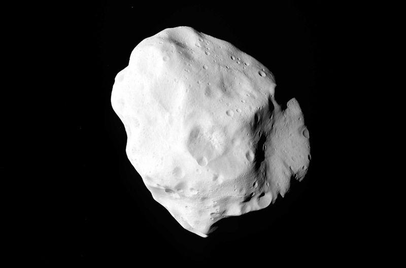 Астероид Лютеция. Фото сделано космическим аппаратом «Розетта» 10 июля. Европейское космическое агентство смогло подобраться к астероиду на минимальное расстояние во время своего путешествия на 476 миллионов километров между Марсом и Юпитером. «Розетта» сделал первые фотографии с крупнейшего астероида, на котором когда-либо бывал спутник, 10 июля 2010 года, пролетев на ближайшем расстоянии от него (3200 км). (AP Photo/ESA)