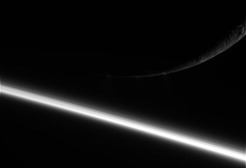 Сатурн и его спутник Энцелад. Фото сделано космическим аппаратом «Кассини» 13 августа. (NASA/JPL/Space Science Institute)