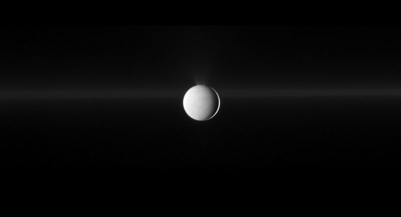 Энцелад извергает водный лед из своего южного полярного региона. Также на снимке можно увидеть кольцо G. (NASA/JPL/Space Science Institute)