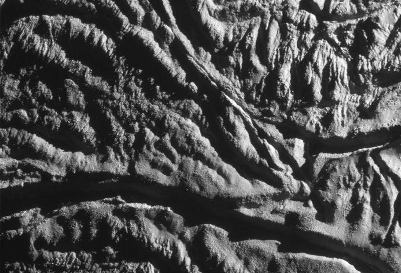 «Кассини» удалось сделать детальный вид поверхности спутника Сатурна Энцелада 13 августа. (NASA/JPL/Space Science Institute)