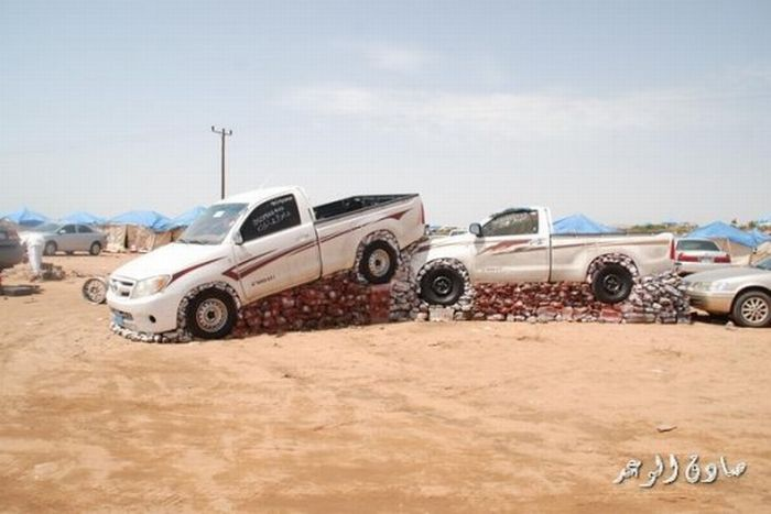 Машины на пьедесталах в Саудовской Аравии (5 фото+видео)