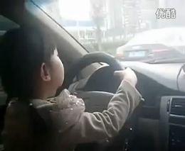 4-годовалая девочка за рулем авто в Китае