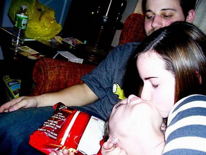 Фотобомбы с сексуальными целующимися девушками (59 фото)