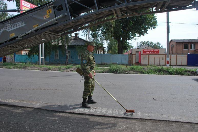 Работа сапёра на одной из центральных улиц Ульяновска (2 фото)