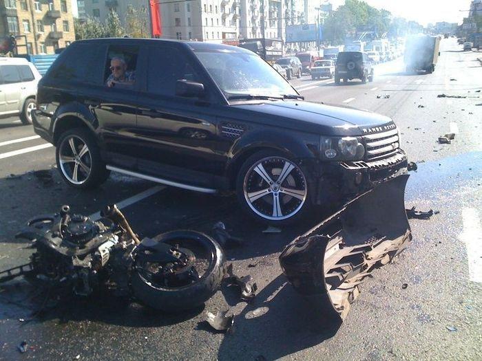 Судья на Range Rover убила байкера на Рязанском проспекте (7 фото)