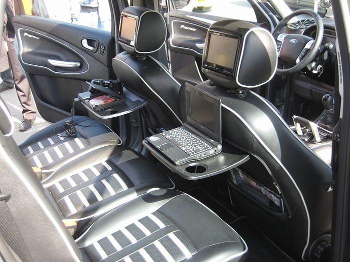 Симметричный салон автомобиля (4 фото)