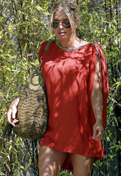 Ферги в коротком красном платьице (6 Фото)