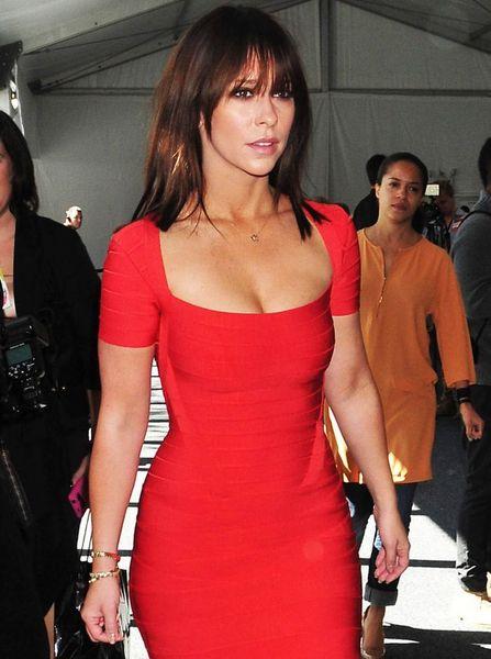 Дженнифер Лав Хьюитт в красном платье (7 Фото)