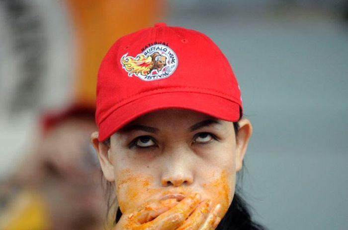 Миниатюрная азиатка по кличке Черная Вдова пожирает груды еды (10 фото)