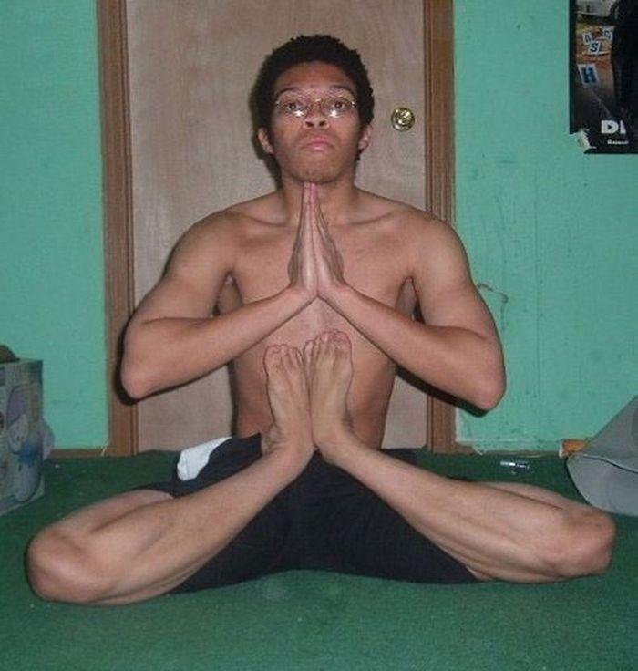 Как крутой йог может выкручивать суставы (2 фото)