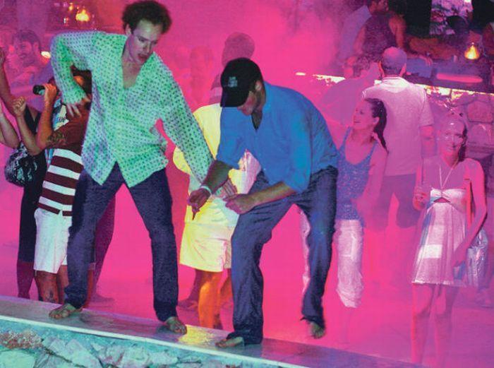 Принц Гарри упал в бассейн в разгар вечеринки (13 фото + 1 видео)