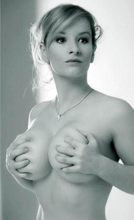 Фото голая девушка сжала грудь порно новый год