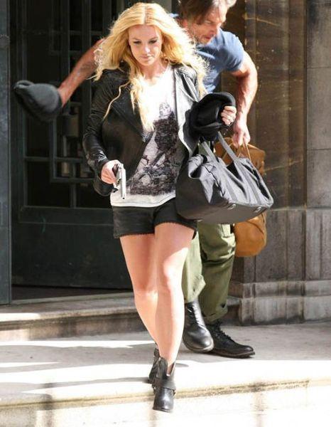 Бритни Спирс на улице с пистолетом (6 Фото)