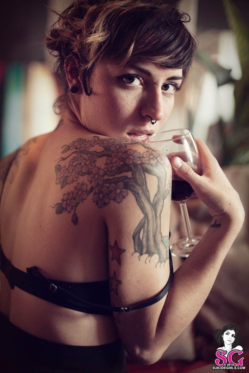 Девушки с татуировками в самых интересных местах (52 фото)