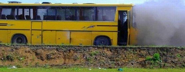 Автобус загорелся во время экскурсии (4 фото)