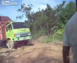 Застрявший грузовик развалился на части