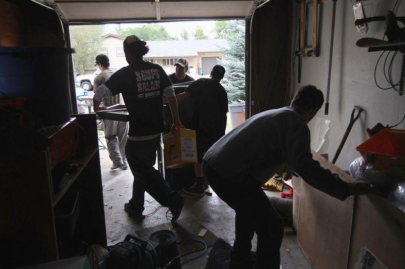 Выселили из дома за долг в 100$ (6 фото)