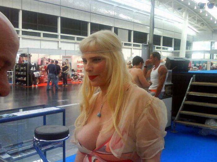 Сколько лет этой женщине? (16 фото)
