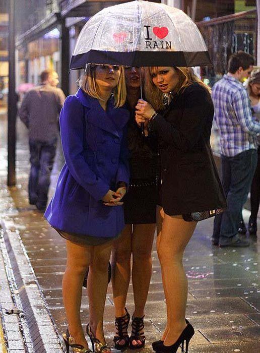 Пьяная женщина на улице валяется