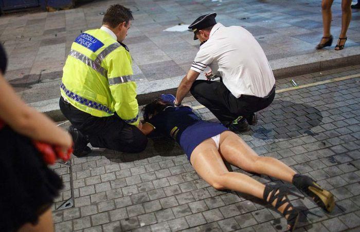 В Британии на выходные по улицам валяется пьяная молодежь (16 фото)