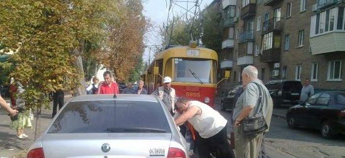 Киевляне устроили самосуд над припаркованными на трамвайных путях авто  (4 фото)
