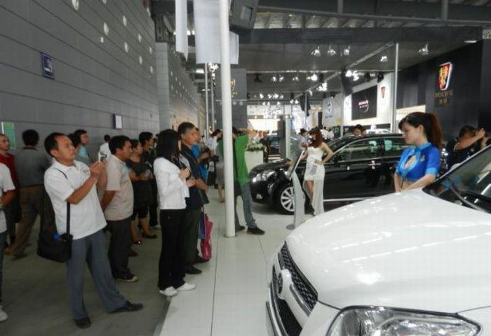 Вы знаете, для чего мужчины ходят на автовыставки? (3 фото)