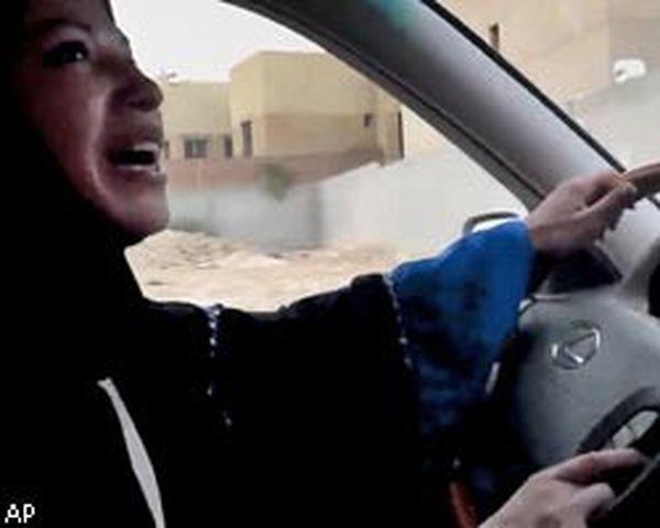 В Саудовской Аравии женщину приговорили к порке за вождение автомобиля