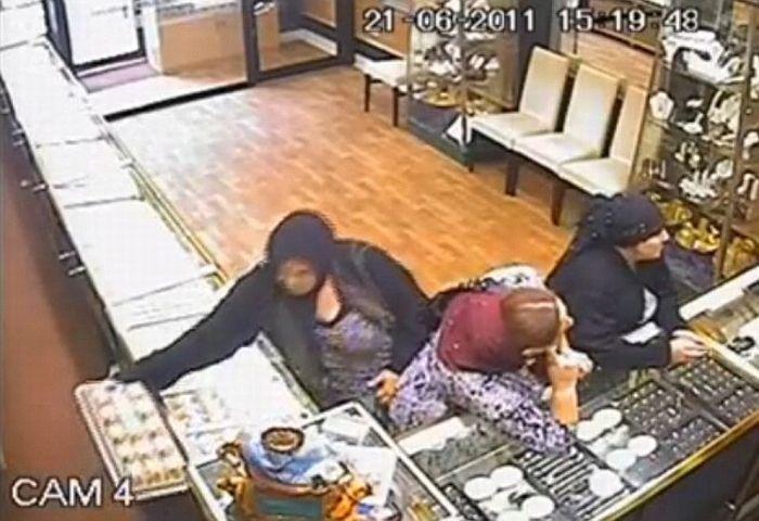 Цыгане ограбили ювелирный магазин (3 фото + 1 видео)