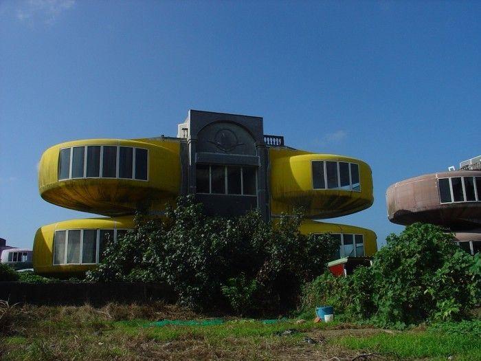 Удивительные дома-НЛО: руины будущего (31 фото)