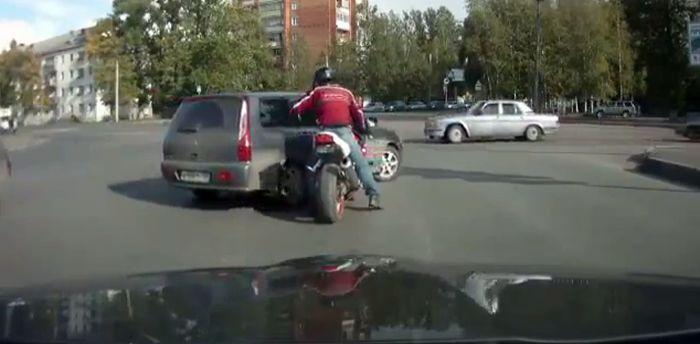 Мотоциклист VS автомобилисты (видео)