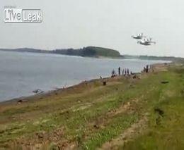 Два самолета Бе-200 собирают воду из реки Обь