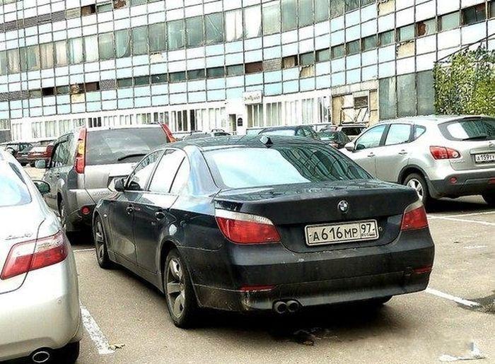 Что необычного в парковке этого BMW с номерами АМР 97? (2 фото)