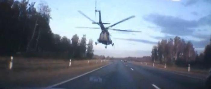 Вертолет пролетел над шоссе (видео)