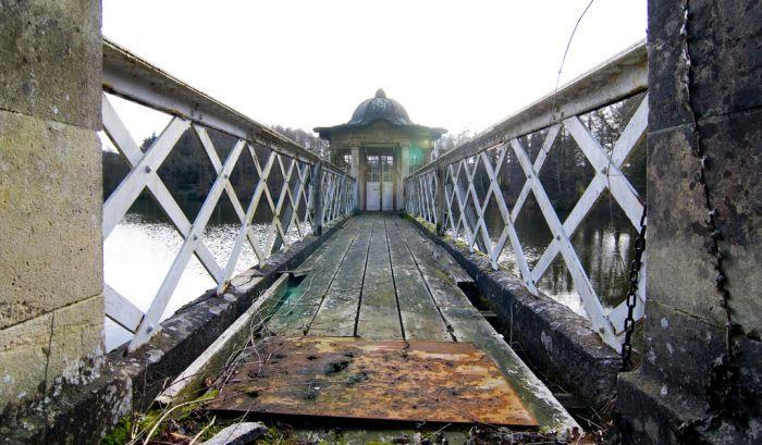 Заброшенная бильярдная в Witley Park (26 фото)