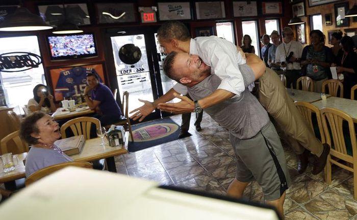 Радостные обнимашки с президентом (3 фото)