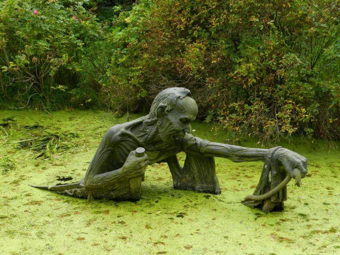 Пугающая инсталляция в городском парке (3 фото)