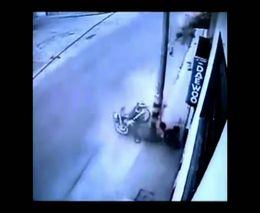 Счастливый колумбийский мотоциклист