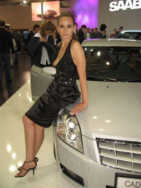 Очень откровенное платье на автовыставке