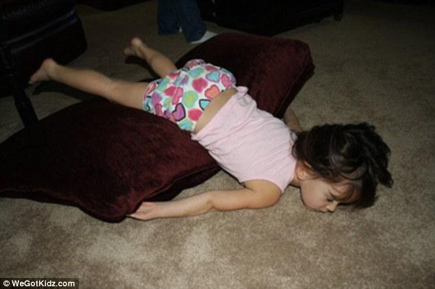 Картинки по запросу дети спят в необычной позе