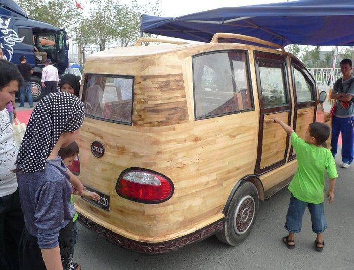 Китайская семья построила деревянный электрофургон (4 фото)