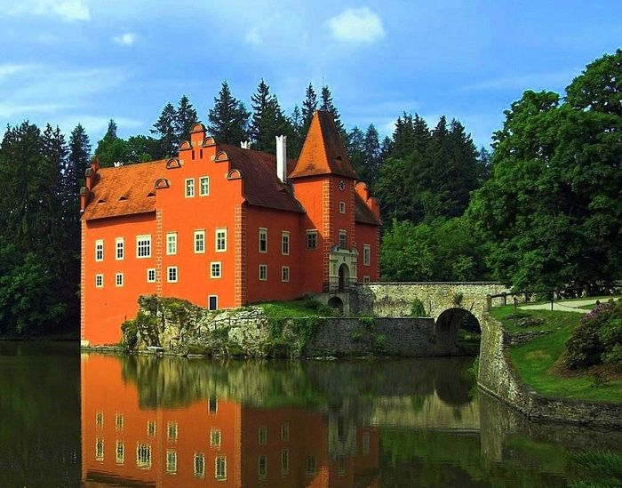 10 красивейших замков на воде (19 фото)