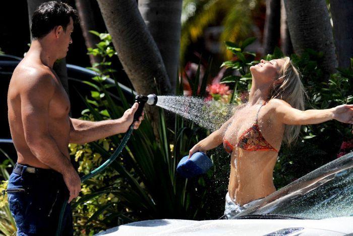 Joanna Krupa моет машину в бикини (9 фото)