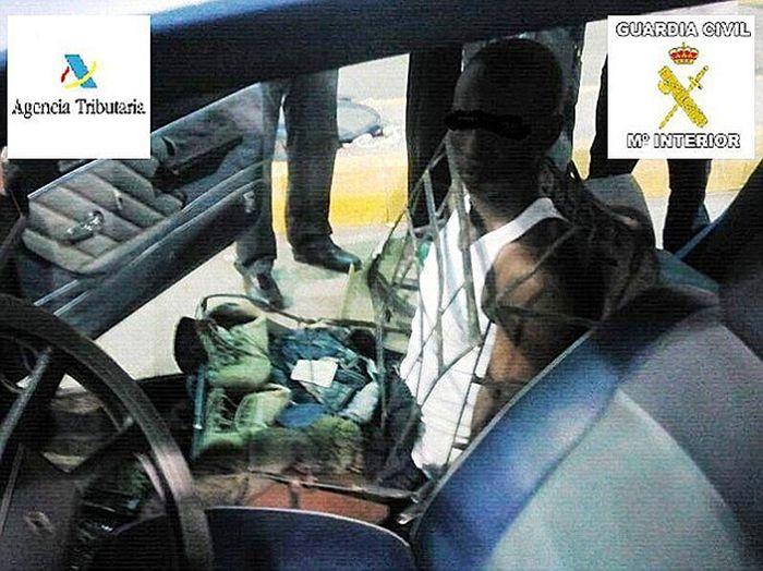 Человек-автомобильное кресло (2 фото)