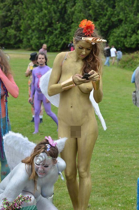 видео голые девушки на параде