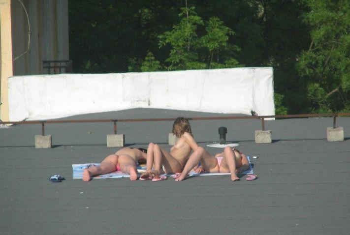 Фото загорают голые на крыше российского порно порно