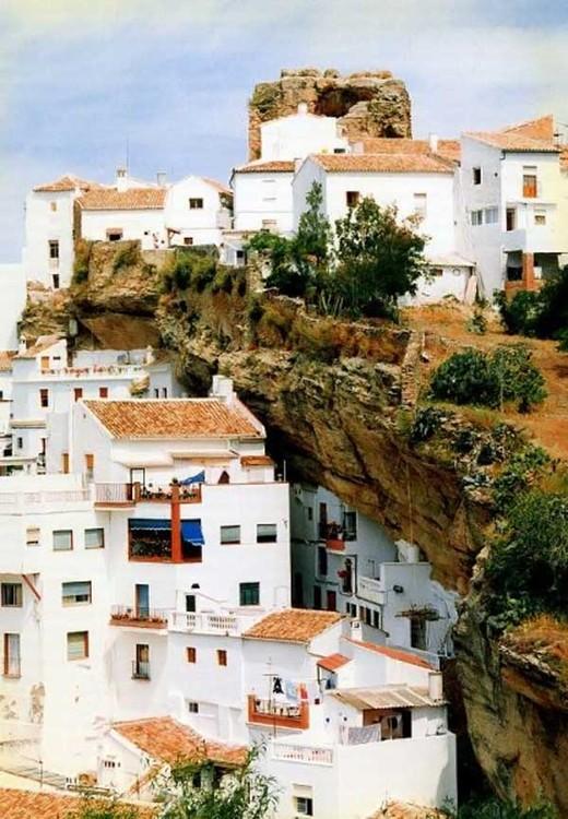 Скала над городом (13 фото)