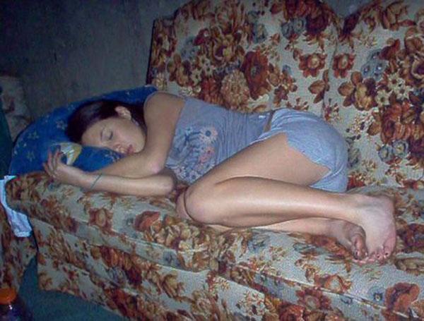 Частные фото фото пьяных спящих женщин в домашней обстановке — 3